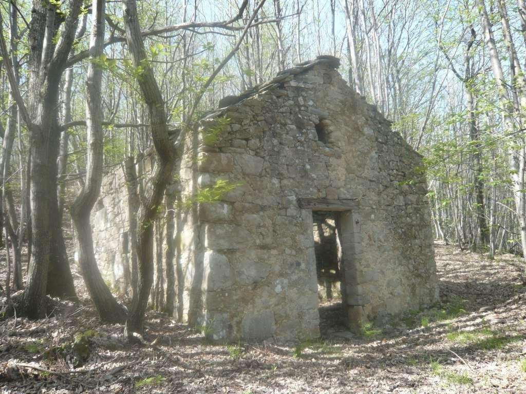 PONTREMOLI COLLINE – SMALL RUSTIC TO RESTORE WITH LAND